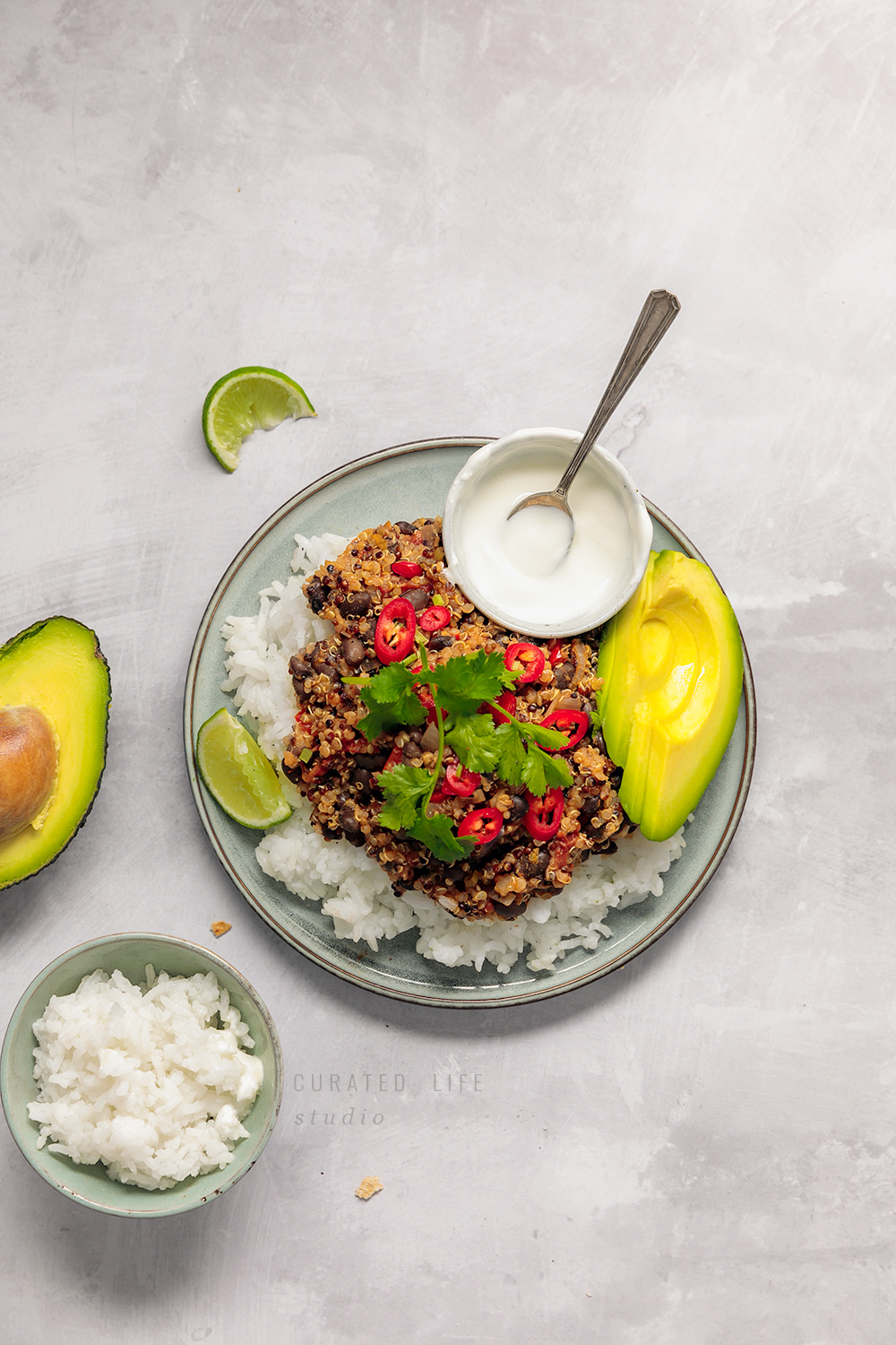 Vegetarian Chilli Con Carne with Black Beans, Quinoa and plenty of veggies! Delicious, simple and perfect for beginners!  #vegetarian #chili #vegan #recipe #black_beans #quinoa #chili_con_carne #vegetable #easy #simple